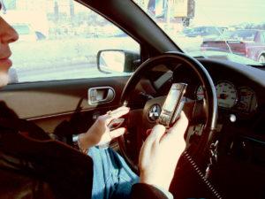 sospensione della patente per chi guida al cellulare